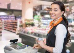 Девушка кассир в продуктовом магазине