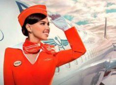 Стюардесса возле самолета