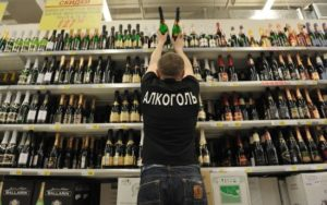Как вернут спиртное обратно в магазин